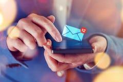 Nuevos mensajes en el teléfono móvil Imágenes de archivo libres de regalías