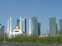 Nuevos mezquita y edificios Imágenes de archivo libres de regalías