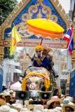 Nuevos monjes budistas en la ordenación del elefante Fotografía de archivo