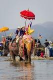 Nuevos monjes budistas en la ordenación del elefante Fotos de archivo