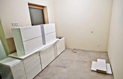 Nuevos muebles blancos de la cocina Foto de archivo