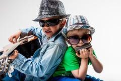 Nuevos niños en el bloque que juega la roca ruidosa Fotos de archivo libres de regalías