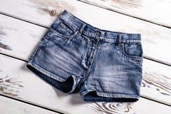 Nuevos pantalones cortos de los vaqueros en escaparate Foto de archivo