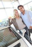 Nuevos propietarios de coche felices imagen de archivo