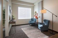 Nuevos sala de estar y muebles modernos del apartamento Fotos de archivo libres de regalías