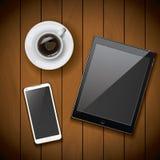 Nuevos smartphone del teléfono móvil y plantilla realistas de la maqueta de la tableta con la taza de café en el fondo de madera Fotografía de archivo libre de regalías