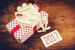 Nuevos tarjeta y presente felices de felicitación de 2017 años Foto de archivo libre de regalías