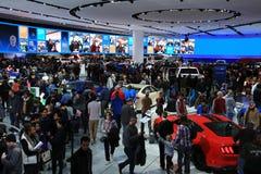 Nuevos 2018 vadean los vehículos en la exhibición en el salón del automóvil internacional norteamericano foto de archivo