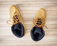Nuevos zapatos adolescentes amarillos de la materia textil, visión desde arriba Foto de archivo