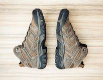 Nuevos zapatos al aire libre adolescentes en el fondo de madera Foto de archivo