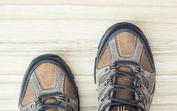 Nuevos zapatos al aire libre adolescentes en el fondo de madera, foto del detalle Imagen de archivo