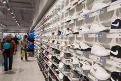 Nuevos zapatos de la tienda Fotos de archivo
