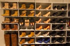 Nuevos zapatos de la tienda Foto de archivo libre de regalías