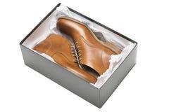 Nuevos zapatos marrones en caja Imágenes de archivo libres de regalías