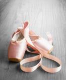 Nuevos zapatos rosados del pointe del ballet Fotos de archivo libres de regalías
