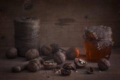 Nuez con la miel Todavía vida de la miel y de las nueces Superficie de madera Fotos de archivo libres de regalías