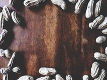 Nuez de tierra en la tabla de madera fotografía de archivo libre de regalías