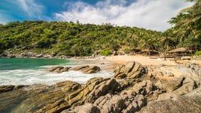 Nuistrand of het verborgen paradijsstrand in Phuket-eiland, Thailand stock footage