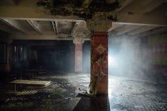 Nuit à la cantine ruinée putréfiée inondée rampante pour des travailleurs à l'usine abandonnée d'excavatrice de Voronezh Image libre de droits