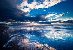 Nuit à la plage images stock