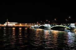 Nuit à St Petersburg, Russie Photographie stock libre de droits