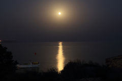 Nuit éclairée par la lune sur le bord de la mer en Chypre Photographie stock libre de droits
