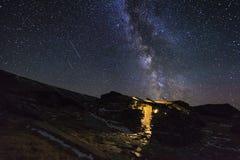 Nuit étoilée étonnante dans les montagnes avec des étoiles filantes Photos stock