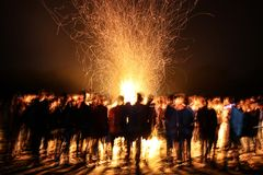 Nuit étonnante du feu de camp Photographie stock libre de droits