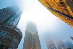 Nuit architecturale de brouillard de milieux de Changhaï Lujiazui Image stock