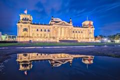 Nuit au bâtiment de Reichstag à Berlin, Allemagne le dedicati image libre de droits