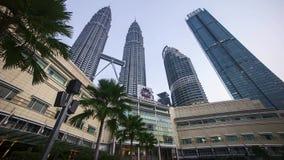 Nuit au jour chez Kuala Lumpur Petronas Twin Towers Vue d'angle faible du parc de lac banque de vidéos
