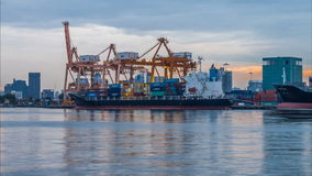 Nuit au jour du bateau de fret de cargaison de récipient avec le pont fonctionnant en grue dans le chantier naval banque de vidéos