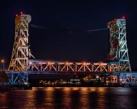 Nuit au pont d'ascenseur de lac portage (Houghton-Hancock), Hancock, MI images stock