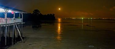 Nuit au rivage du détroit de Johor, Malaisie Photographie stock libre de droits
