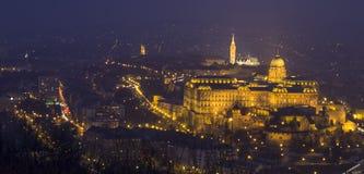 Nuit bleue de ville à Budapest Images stock
