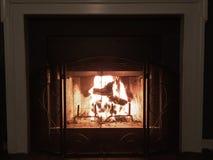 Nuit chaude d'hiver par le feu Images stock