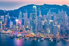 Nuit chez Victoria Harbor en horizon de ville de Hong Kong Photographie stock