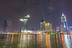 Nuit colorée de vue de Ho Chi Minh Riverside avec des feux d'artifice et éclairage de laser pour célébrer la nouvelle année 2015 Image libre de droits