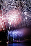 Nuit couverte de feux d'artifice Photo stock