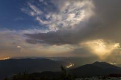 Nuit d'été en montagnes Ciel nuageux bleu-foncé étoilé et brigh photo libre de droits