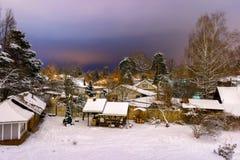 Nuit d'hiver dans la hameau russe, toutes les maisons couvertes de neige images libres de droits