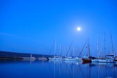 Nuit dans la marina d'Alacati Image stock