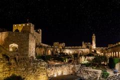 Nuit dans la vieille ville photographie stock libre de droits