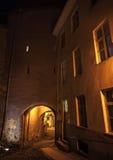 Nuit dans la vieille ville de Tallinn, Estonie Photos stock