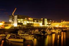 Nuit dans le port du Rhin de Cologne Photographie stock libre de droits