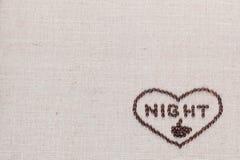 Nuit dans le signe de coeur des grains de café d'isolement sur la texture de linea, alignée en bas à droite photo stock