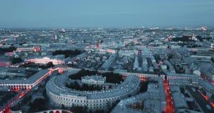 Nuit dans le St Petersbourg, Russie ville des rues et des rivières ci-dessus, vidéo cinématographique de bourdon, bâtiments histo clips vidéos