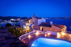 Nuit dans le village de Paguera, Majorque Image libre de droits