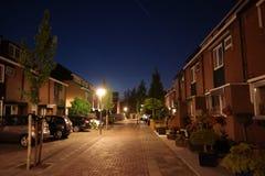Nuit dans une rue néerlandaise moyenne de ville photographie stock libre de droits