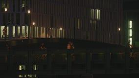 Nuit de Berlin Bridge People Crossing At banque de vidéos